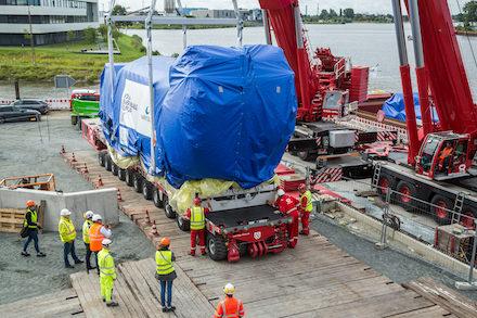 Neun BHKW-Motoren wurden mit dem Schiff nach Bremen-Hastedt geliefert und dort an Land gehievt.