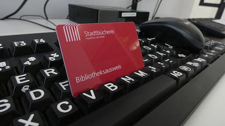 Online registrieren, bezahlen, ausleihen: Die Stadtbücherei Frankfurt am Main erleichtert die Anmeldung.