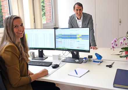 """Lisa Rosenfeld und Frank Möllenbeck haben sich bei der SWTE Netz in den vergangenen Monaten intensiv mit der Einführung des digitalen Kollegen """"Robotdev"""" beschäftigt."""