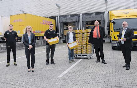 Die AKDB überreicht der Deutschen Post die ersten Wahlbenachrichtigungen für die Bundestagswahl 2021.