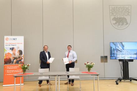 Bei der feierlichen Unterzeichnung der Kooperationsvereinbarung im Rathaussaal in Bernau.