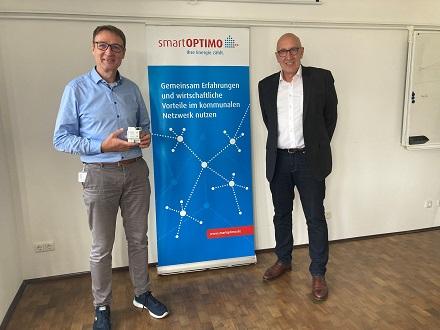 Torsten Großmann von SmartOPTIMO (links) und Peter Heuell, Geschäftsführer von EMH metering, freuen sich über die Zertifizierung des Gateways CASA.