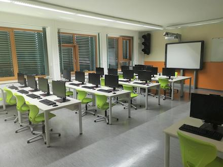 Aufgereiht wie die Zinnsoldaten: Der neu ausgestattete Computerraum der Sekundarschule Parey.