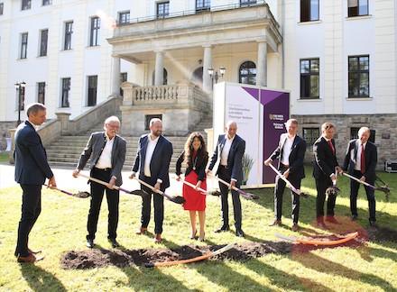 Vor einem Gymnasium in Ilmenau erfolgte jetzt der Spatenstich für ein von Bund, Land und Kreis gefördertes Glasfaserprojekt.