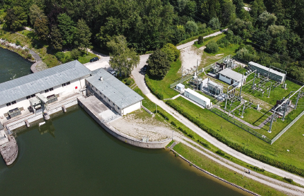 Am Unteren Lech wird mit Wasserkraft Primärregelenergie erzeugt.