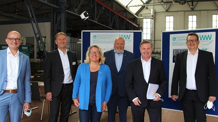 Bundesumweltministerin Svenja Schulze mit den Geschäftsführern von Westfalen Weser.