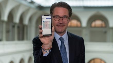 Andreas Scheuer präsentiert den digitalen Führerschein.