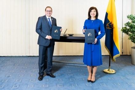 Essens Oberbürgermeister Thomas Kufen (CDU) und Katherina Reiche, Vorstandsvorsitzende der Westenergie, besiegelten die gemeinsame Netztochter.