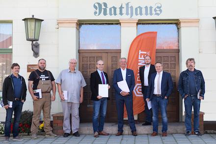 Bei der Unterzeichnung der Kooperationsvereinbarung zwischen der Stadt Arendsee und DNS:NET.