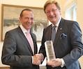 Düsseldorf: OB Dirk Elbers (rechts) von Ernst & Young ausgezeichnet. (Foto: Stadt Düsseldorf)